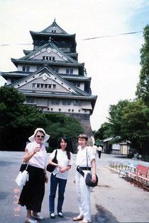 和泉展主催者たちが案内してくれた大阪城で。右からアンジェラ、通訳をした野村の娘・亜紀、ディタ