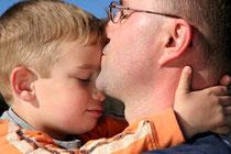 Die Vater-Sohn-Beziehung ist ein entscheidender Faktor für die Entwicklung der Männlichkeit. Und doch wird sie immer seltener gepflegt, sagen Experten. Foto: Kzenon/Fotolia.com
