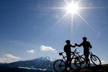 Auf dem Gipfel des Genusses angekommen: Mountainbiken ist nicht nur gesund, es ist auch gruppendynamisch und mental anspruchsvoll. Foto: tarei/Photoxpress.com
