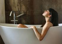 Ein entspannendes Bad mit den richtigen Badenzusätzen wirkt auf vielfältige Weise. Erholung und Regeneration stehen dabei im Vordergrund .  Foto: Olly/Fotolia.com