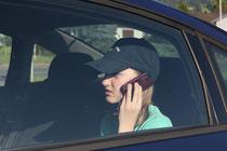 Kinder und Jugendliche, die viel mit dem Handy telefonieren, sind besonders gefährdet. In geschlossenen Räumen wie dem Auto erhöht sich das Risiko. Foto: Andreas Feiertag