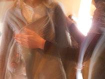 Quantenheilung: Die so genannte Impulsgeberin und die Empfängerin verschmelzen dabei zu einem Ganzen. Kritiker sehen dahinter auch die Suche nach schnellen Lösungen und rascher Heilung. Foto:www.quantenheilung.or.at