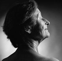 """Jede Frau ist anders – auch wenn es darum geht, einen Weg aus einer Lebenskrise zu finden. Für die Portraitserie """"Pur"""" fotografiert die Fotografin Edith Walzl Frauen jeden Alters so wie sie sind. Foto: Edith Walzl"""