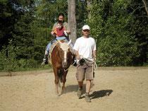 """Der """"Gleichgewichtsdialog"""" ermöglicht eine Kommunikation zwischen Pferd, Patient, Pferdeführer und Therapeut: mental und körperlich. Foto:Randa Hodum-Elsayed Ali"""
