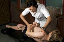 Osteopathen arbeiten u.a. mit Bindegewebsstrukturen, die Spannungen in Körperteile übertragen. Foto:stockphoto.com/1001nights