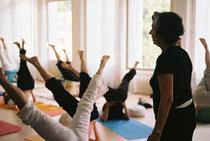 Hormonyoga: Eine Praxisstunde mit Dinah Rodrigues. Spezifische Übungen sollen den Östrogenhaushalt beeinflussen, Beschwerden in den Wechseljahren lindern. Foto:Adrian Elsener