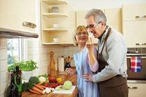 Saisonale Produkte, bewusster Umgang damit und die gemeinsame Freude am gesunden Essen führen bald zum Wohlfühl-Gewicht. Foto: Robert Kneschke/Fotolia.com