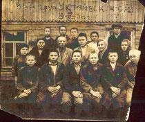 Учителя и учащиеся Уктеевской семилетней школы. 1936 год