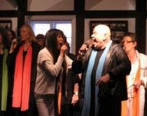 Jutta Weinhold mit dem Gospel-Rock-Chor der Musikschule Hanstedt
