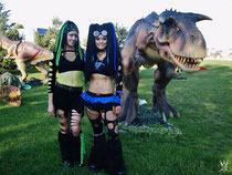 Sabselol and Ciwana Black in front of a dinosaurier
