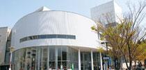 事務所は福岡大学キャンパス内の60周年記念館(ヘリオスプラザ)5階です。