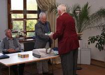 Herr Dr. Petzold überreicht an Herrn Greve, dem Leiter der Arbeitsgruppe Stadtgeschichte, ein Buch