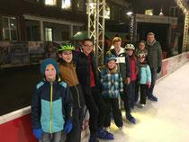 Die Jugend des Spielmannszuges auf der Eisbahn in Dülmen.