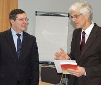Reinhard Hegewald (links) und der Leiter des Studienseminars Leer, Dr. Johann Sjuts. Foto: Ehrig