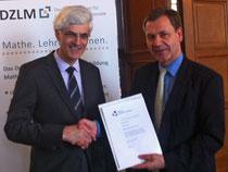 Ehrung in der Humboldt-Universität Berlin: Professor Jürg Kramer, Präsident der Deutschen Mathematiker-Vereinigung, übereicht Johann Sjuts die Urkunde zum Mathemacher des Monats April 2013