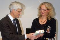 Dr. Johann Sjuts dankt Folke Jürgens für ihr Engagement. Fotos: Ehrig