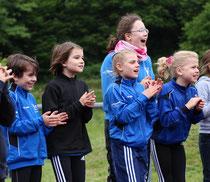 ...die jüngsten Kreismeisterinnen der DJK... Juli, Emilia, Linea u. Paulina beim anfeuern der DJK Staffeln