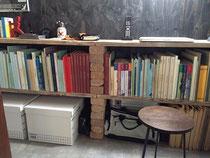 レンガを積んでできた本棚