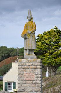 Die Bigoudenne oberhalb vom Hafen Pors Poulhan steht an der Grenze vom pays bigouden zum cap sizun