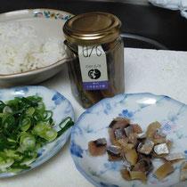 鯖のアンチョビ、サバとハネギを刻んでフライパンに投入、その後に白飯を入れて炒めれば簡単サバチャーハンの出来上がり🐟