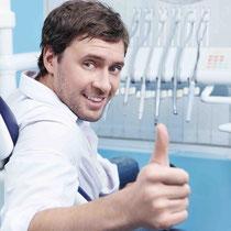 Sicheres Gefühl mit gepflegten Zähnen und frischem Atem: Professionelle Zahnreinigung! (© Deklofenak - Fotolia.com)