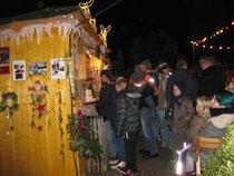 Weihnachtsmarktbesucher am Stand der DRGK