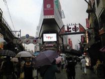 上野アメヤ横町。外人が店頭で普通に呼び込みしてました。