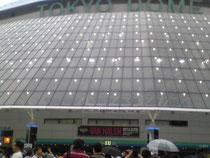 会場は東京ドーム。ファン層は圧倒的に40代。子どもはほとんど見かけず。