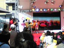 途中、青葉通りのイベント会場にて。なぜか安田大サーカスが。