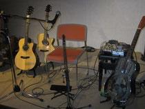 打田氏のギター 右のリゾネーターは30年代のヴィンテージ♪