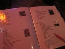 分厚いファイルには80'sのアーティストと曲のリストがびっしり。リクエストカードに書いてマスターに渡すと曲をかけてくれます♪まるでカラオケ屋みたい。