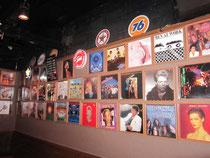店内には80'sを飾ったさまざまなアルバムが。ううっ懐かしい!