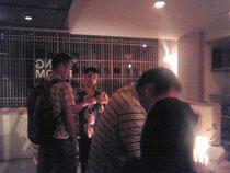 ライブ前に客と雑談する師匠。(左から2番目)