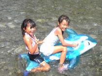 子ども達は川遊びに夢中です。