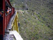 Der Zug beim Überqueren einer Brücke