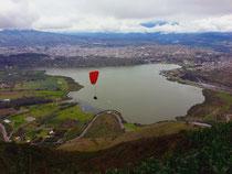 Die Laguna de Yahuarcocha und im Hintergrund die Provinzhauptstadt Ibarra