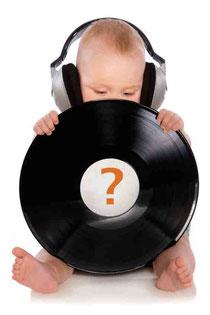 Baby ohne Name hält Vinyl für contxt