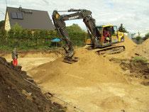 Aushub der Baugrube mit schwerem Gerät
