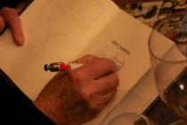 Bill beim Signieren