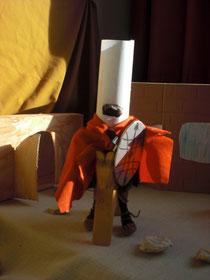Martin trug ein Schild, ein Schwert, einen roten Soldaten-Mantel und einen Helm.