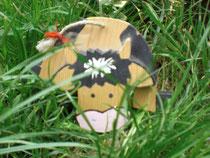 Kuh aus Holz im Gras