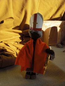Martin wurde Bischof. Nun trug er kein Schwert. Er trug einen Hirtenstab. Er trug keinen Helm. Er trug eine Bischofsmütze.