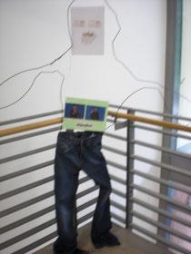 Jeans-Händler: Seine Augen und sein Mund bestehen aus Geldscheinen.