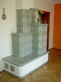 traditioneller Kachelofen mit beheizter Sitzfläche