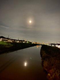 中秋の名月の日に友達が撮ってくれていた写真です!川に映る月がとっても綺麗でした✨✨
