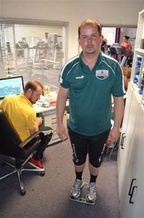 Holger Czeranski auf der Waage, die nur 113 Kg anzeigen kann...