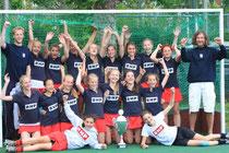 Unser Foto zeigt die Turniersiegerinnen mit den Limburger Spielerinnen Lina (stehend 2.te von links) & Franka (Torhüterin liegend, rechts).