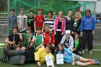 Die Mädchen und Jungen der Limburger Tilemannschule mit ihrem Trainer Mirco Hanke (rechts) gewannen den Feldhockey-Regionalentscheid.
