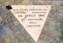 """Mit einem """"rosa Winkel"""" wurden während des NS Menschen, die wegen Homosexualität ins KZ kamen, gekennzeichnet"""
