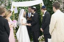 """jüdische Feste - wie eine Hochzeit - sind """"angefüllt"""" mit kleinen Ritualen, die alle einen religiösen Kontext haben. So erinnert der Baldachin (Dach), unter dem das Eheversprechen abgegeben wird, an das Leben in der Wüste."""